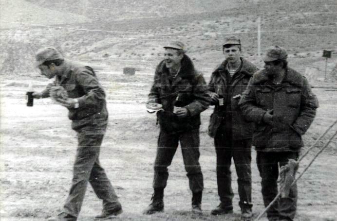 Два десантника трахают разведчицу — pic 4